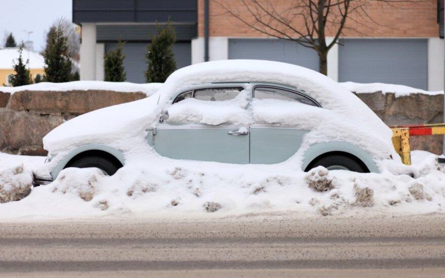 Didžiausios vairuotojų problemos žiemą – užšąla durelės ir užklimpstama sniege