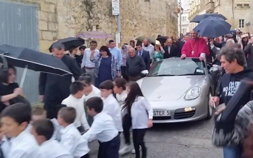 """Kunigas savo parapijiečius šiurpino """"Porsche"""" automobiliu, kurį traukė įkinkyti mažamečiai vaikai"""