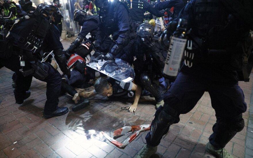 Honkongo policija į mitingo prieš policijos elgesį dalyvius paleido ašarines dujas