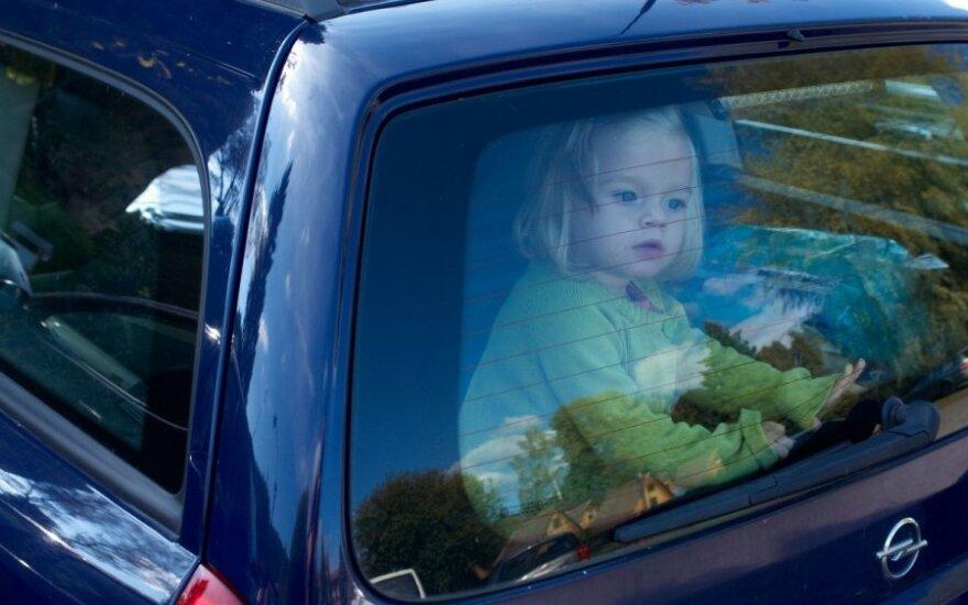 Pasibaisėjo tėvų elgesiu: dvimetis vaikas vienas troško automobilyje