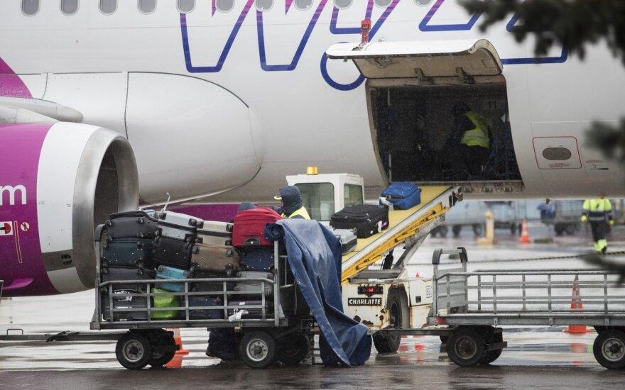 """""""WizzAir"""" seka """"Ryanair"""" pavyzdžiu: rankinis bagažas lėktuve – už papildomą kainą"""