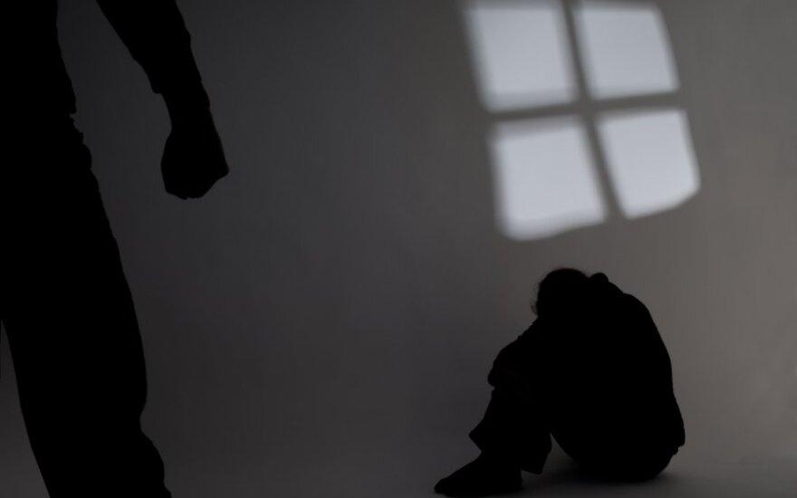 Japonijoje suimtas tėvas, įtariamas ilgiau kaip 20 metų laikęs narve neįgalų sūnų