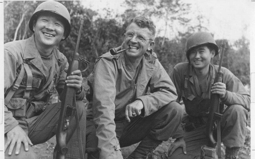 JAV generolas su dviem savo seržantais Nisei. 1944 metai