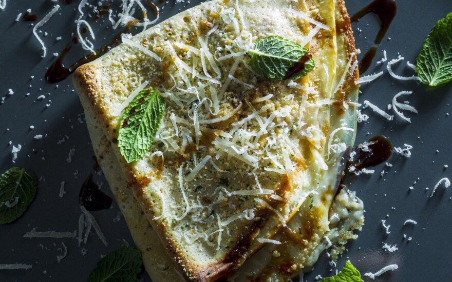 Lietiniai blynai su šoninės ir taledžo sūrio įdaru