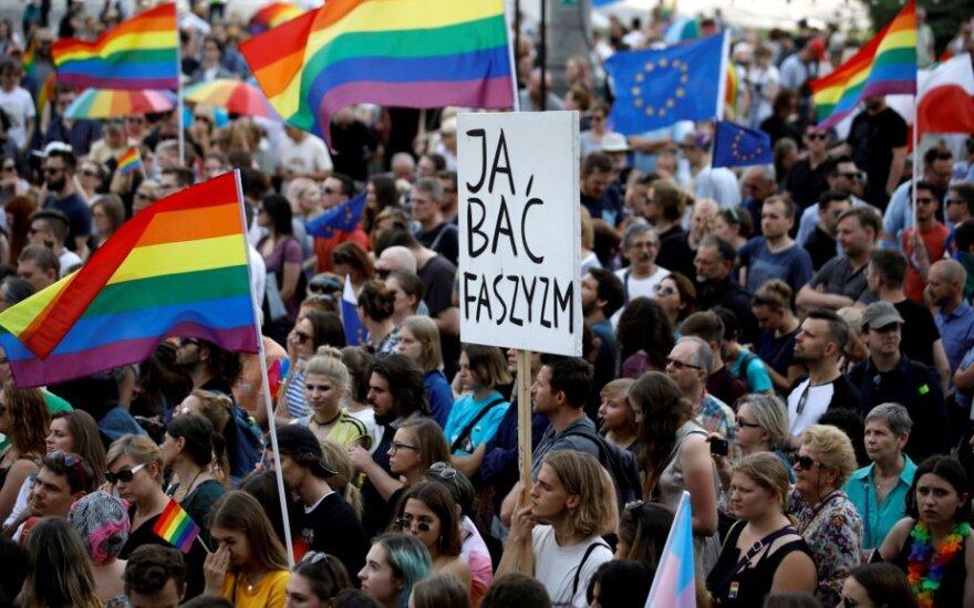 Lenkijoje tūkstančiai žmonių išėjo į gatves, norėdami parodyti paramą LGBT bendruomenei