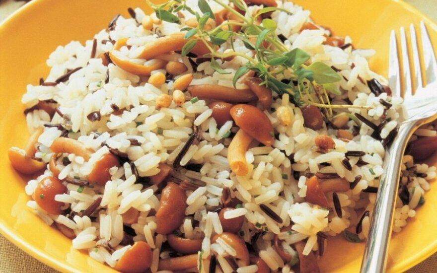 Plovas su ryžiais, grybais ir riešutais