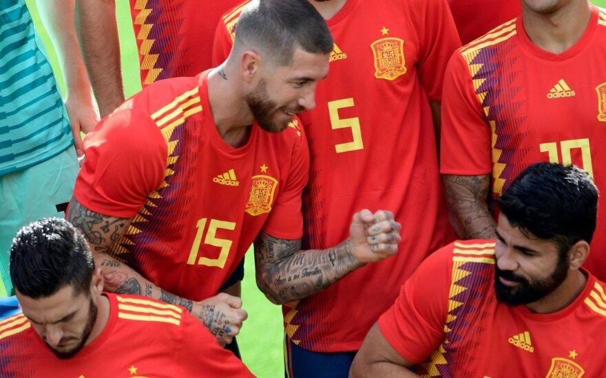 Ispanijos rinktinės žaidėjai, gynėjas Sergio Ramosas juokauja su Diego Costa