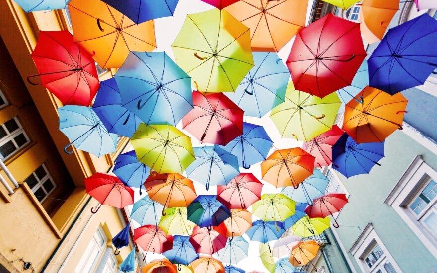 Ar žinote, kad pirmaisiais skėčiais žmonės saugojosi ne nuo lietaus?