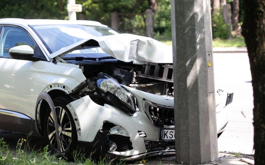 Vidury dienos girta vairuotoja Vilniuje rėžėsi į stulpą