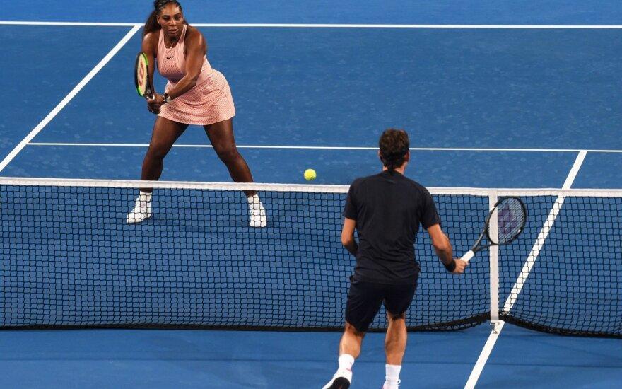 Pirmas kartas istorijoje: Federeris surėmė raketes su Serena Williams