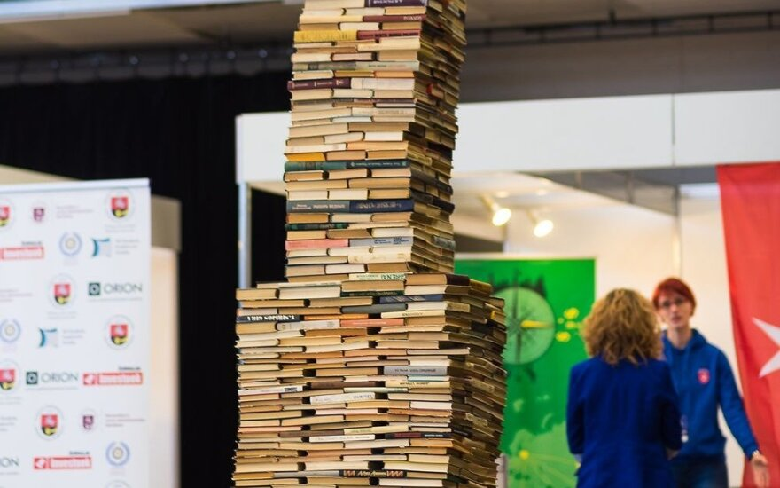 Tikisi pagerinti Lietuvos rekordą – pastatė aukščiausią knygų rietuvę