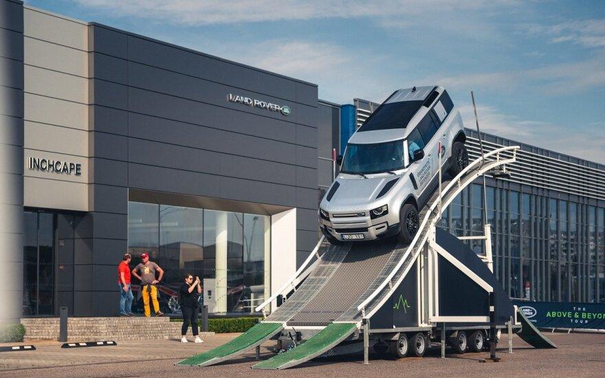 """""""Land Rover"""" į Lietuvą atsivežė specialią platformą: leidžia išbandyti bekelę nenulipant nuo asfalto"""