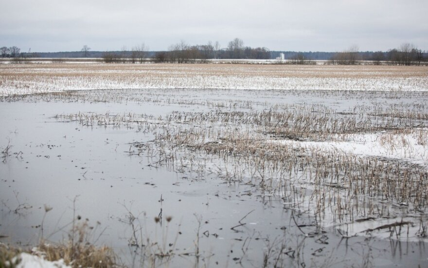 Ūkininkų laukai skęsta, bet siūlymas patiems tvarkyti melioracijos sistemą baugina