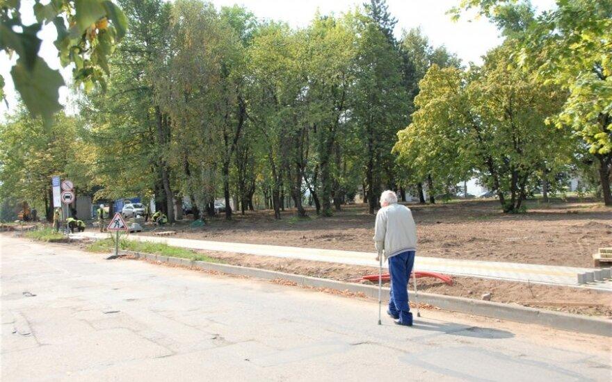 Gražinama aplinka džiaugiasi ne visi: išsakė, ką mano apie Ukmergėje tvarkomą parką