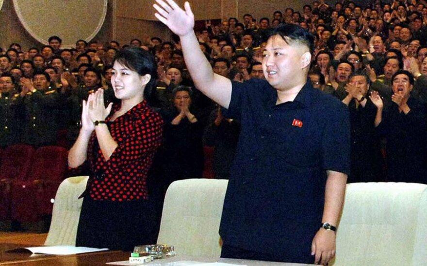 Kim Jong Unas (Kim Čen Unas) su žmona Ri Sol Ju (Li Sul Džu)