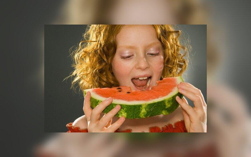Mergaitė valgo arbūzą