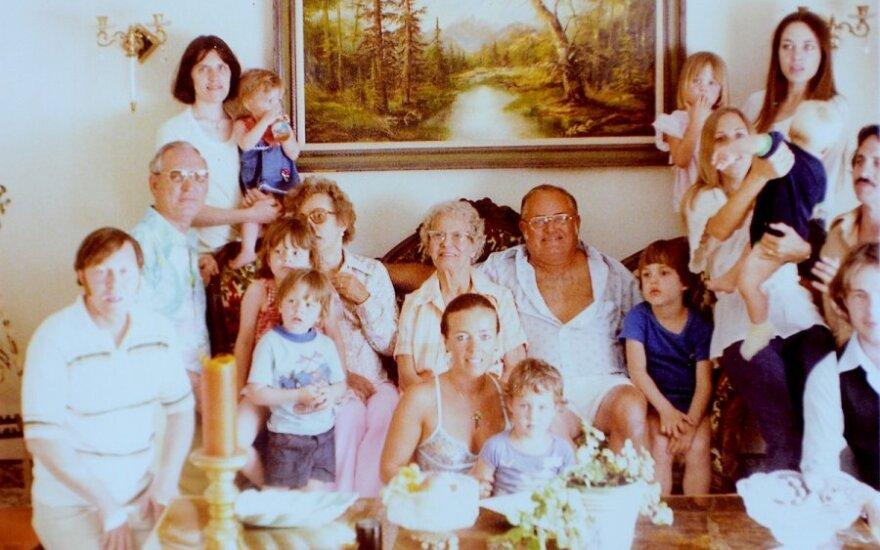 1977 metų Angelinos Joali šeimos nuotrauka