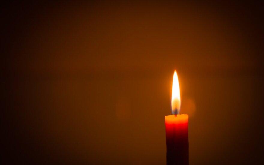 Pirmadienio vakarą gyventojai kviečiami languose įžiebti žvakeles
