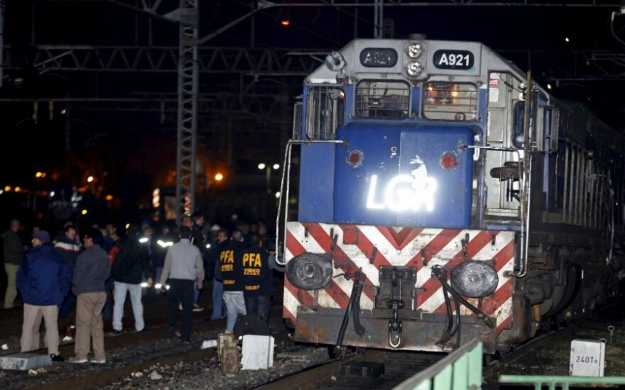 Judriame geležinkelio ruože Buenos Airių pakraštyje susidūrė keleivinis traukinys su lokomotyvu