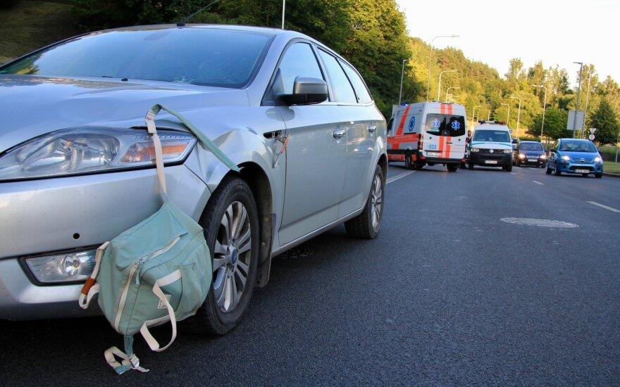 Vilniuje saulės apakinta vairuotoja pėsčiųjų perėjoje partrenkė dvi nepilnametes