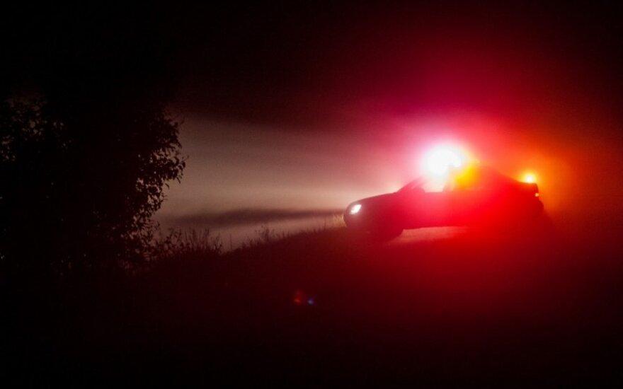 Naktinis pasivažinėjimas: keturratis apsivertė, girtas vairuotojas sužalotas