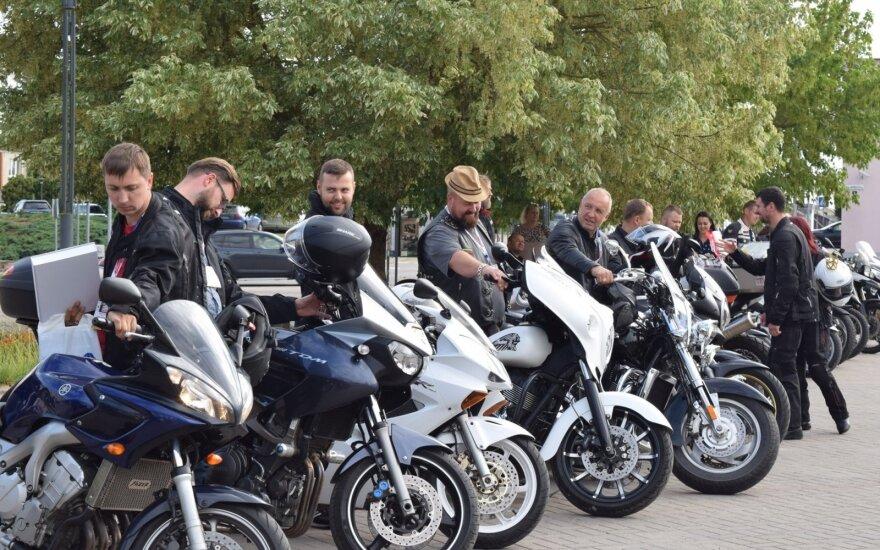 """Seime į intelektualų ralį """"Ryterna Modul Mototoursim Rally"""" išlydėti motociklininkai. Olgos Posaškovos nuotr."""