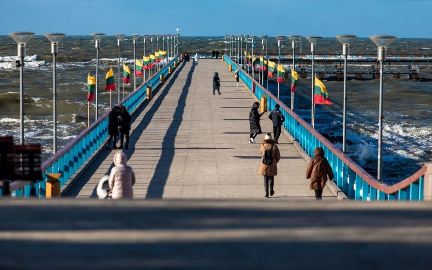 Palangoje – šventinė nuotaika: ant tilto suplevėsavo trispalvės