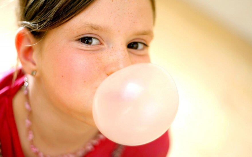 Kramtomosios gumos, iš kurios pučiasi burbulai, išradimas ir istorija