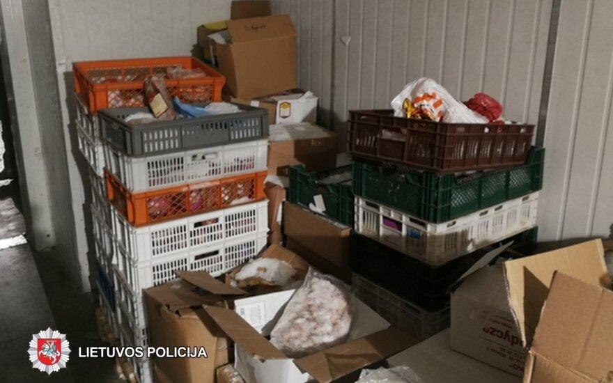 Pareigūnų kratų radiniai: dėžės pasibaigusio galiojimo maisto, nežinia kur būtų parduodamos
