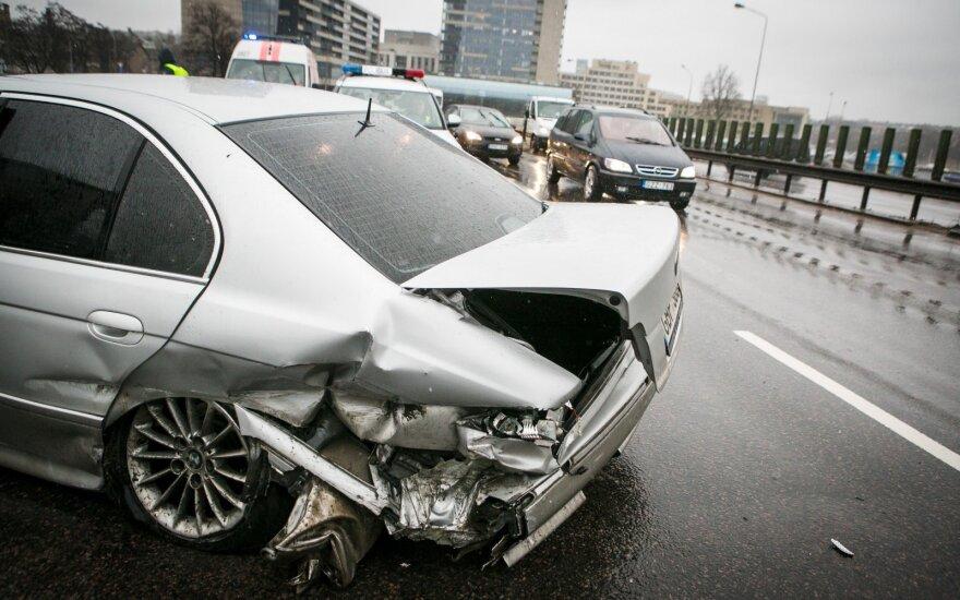 Nufilmuota: judrioje sostinės gatvėje po smūgio BMW lėkė per keturias eismo juostas