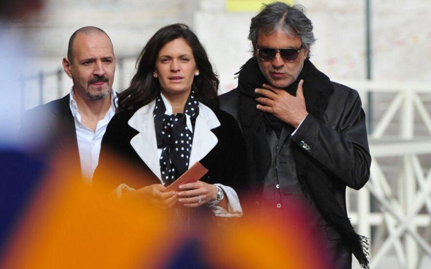 Andrea Bocelli su sužadėtine