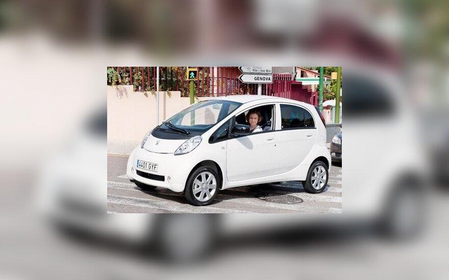 Ispanijos karalienė Sofija prie Peugeot iOn vairo. EMPICS nuotr.