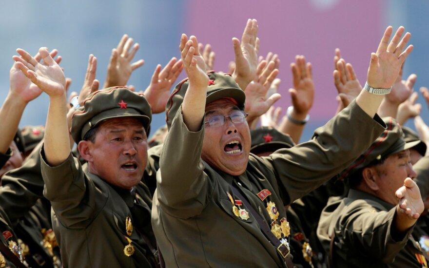 Net pagal Šiaurės Korėjos standartus naujausi Kim Jong Uno manevrai – daugiau nei keisti