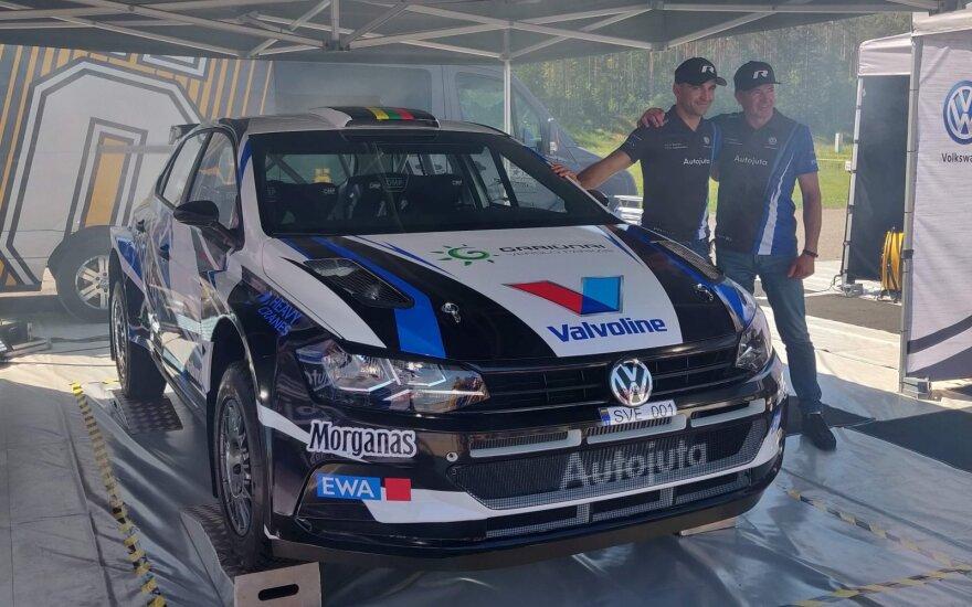 """Vytautas Švedas (kairėje) ir Žilvinas Sakalauskas greta naujojo """"Volkswagen Polo GTI R5"""""""