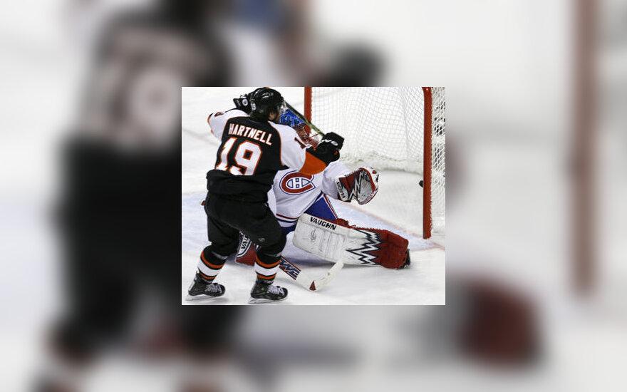 """Scott Hartnell (""""Flyers"""") muša įvartį į Jaroslavo Halako (""""Canadiens"""") vartus"""