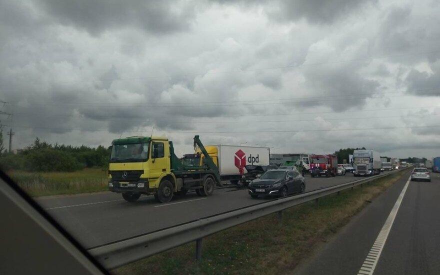 Magistralėje prie Kauno susidūrė 4 automobiliai
