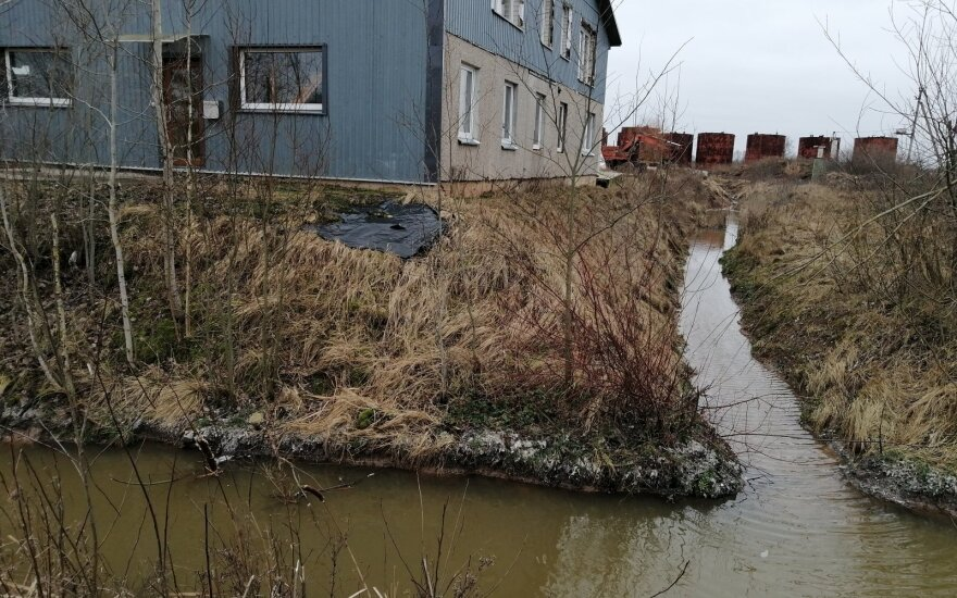 Taršos skandalas atsirito ir iki Utenos: įmonė nevalytų atliekų duobę slėpė po tentu