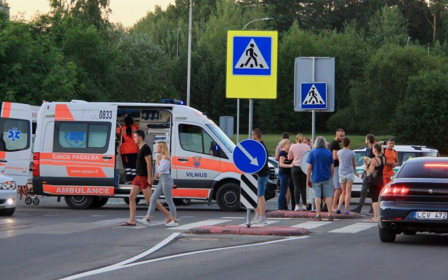 """Baisi avarija Vilniuje: po stipraus smūgio į """"Opel"""" motociklininkas skubiai išgabentas į ligoninę"""