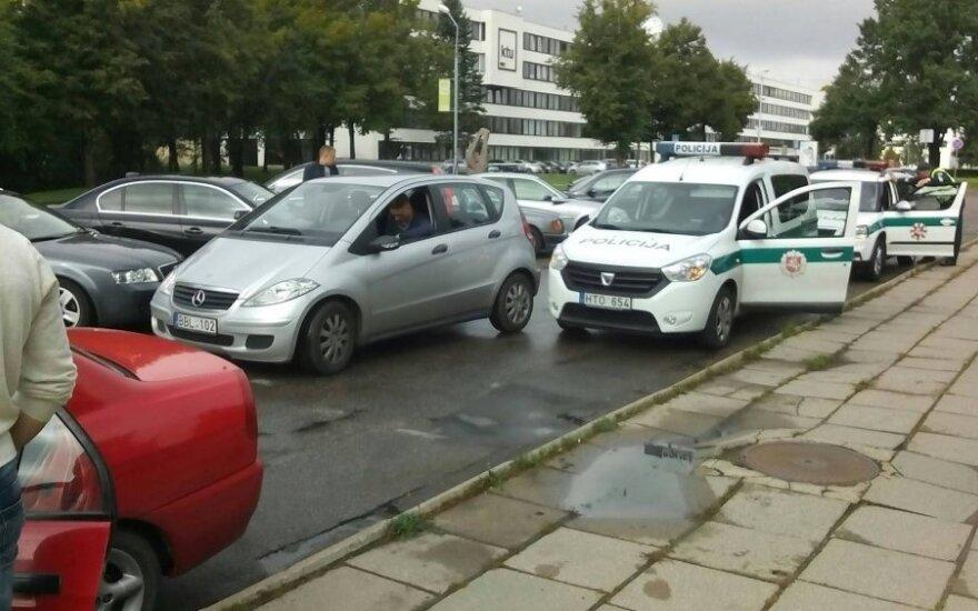 Po studentų auklėjimo policininkams teko važiuoti remontuoti savo automobilio