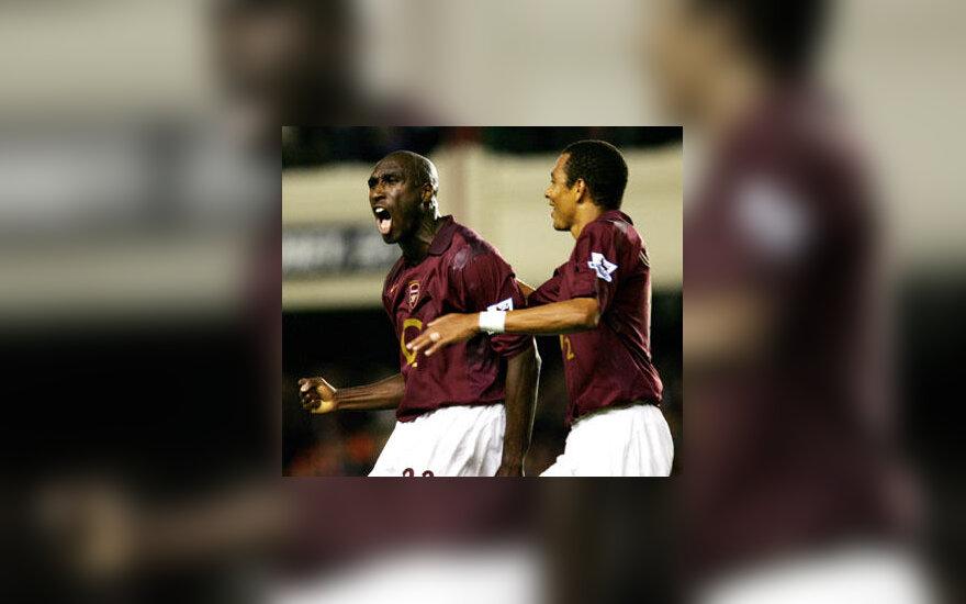 """Solas Campbellas ir Gilberto (""""Arsenal"""") džiaugiasi įvarčiu"""