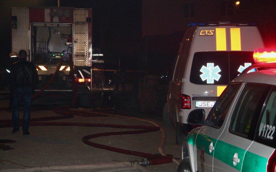 Kaune į butą įmestas degantis daiktas, per gaisrą nukentėjo moteris ir nepilnametis
