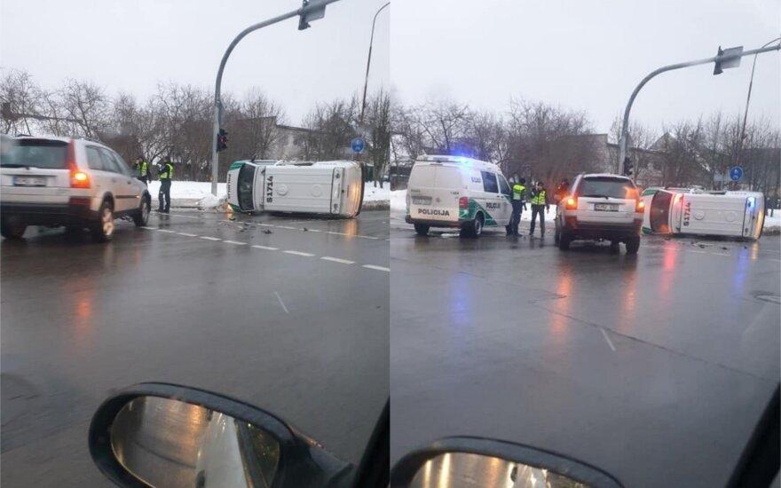Avarija Šiauliuose: tarnybinis policijos automobilis vertėsi ant šono
