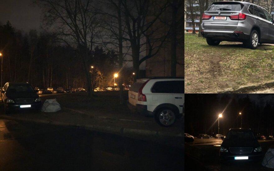 Vairuotojai supykdė daugiabučio kaimynyus: kas vakarą ant vejos po kelias mašinas