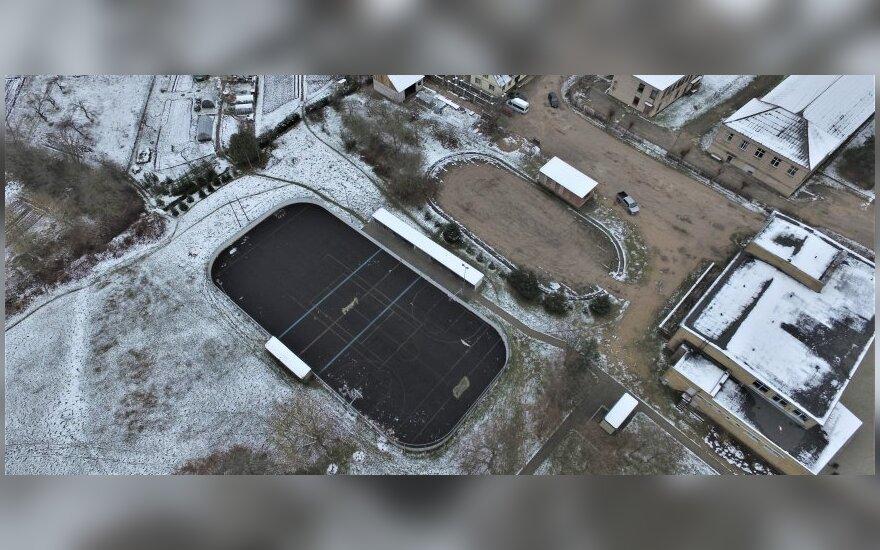 Miestelyje Rokiškio rajone sporto entuziastai ruošia ledo aikštelę