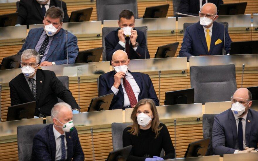 Seimo nariams – respiratoriai, akiniai ir pirštinės, jų padėjėjams – vienkartinė kaukė trims savaitėms