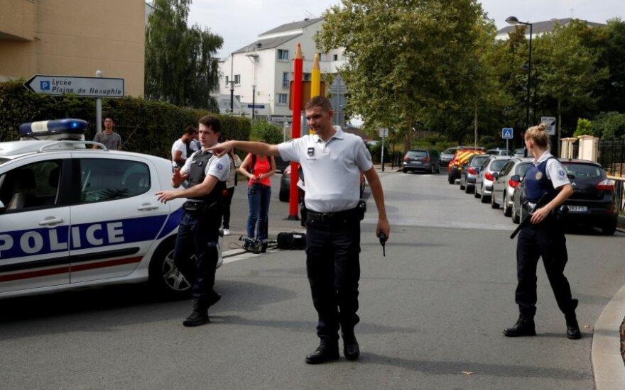 Netoli Paryžiaus užpuolikas nudurė du žmones, dar vieną sužeidė