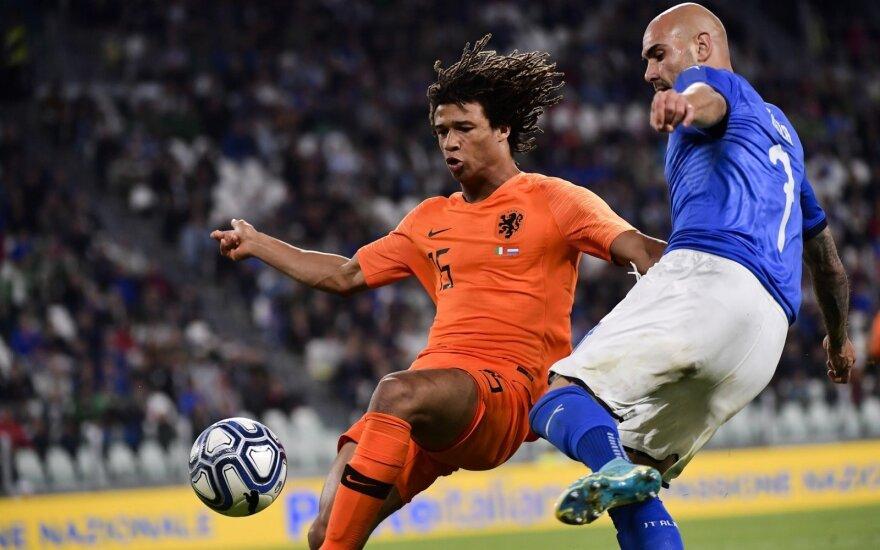 Italijos ir Nyderlandų rungtynių akimirka, dėl kamuolio kovoja įvarčių autoriai italas Simone Zaza ir Nathanas Ake