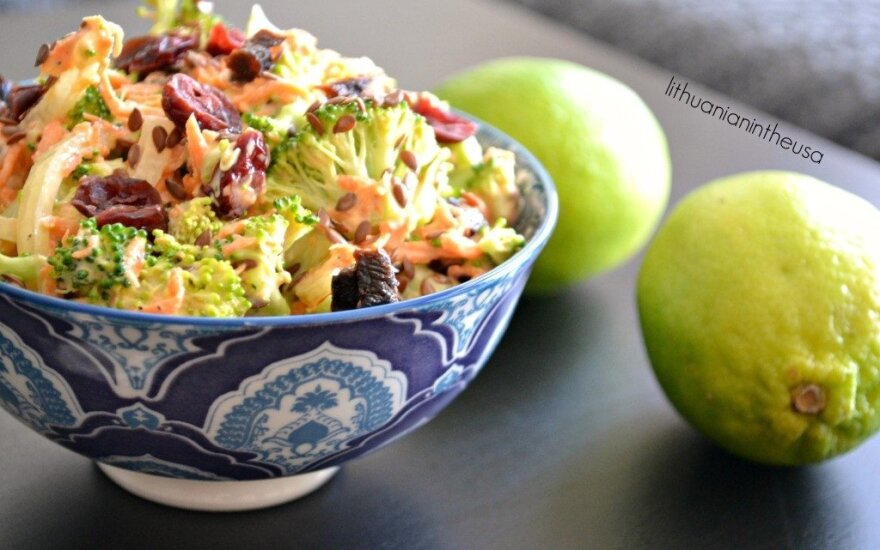 Brokolių ir spanguolių salotos