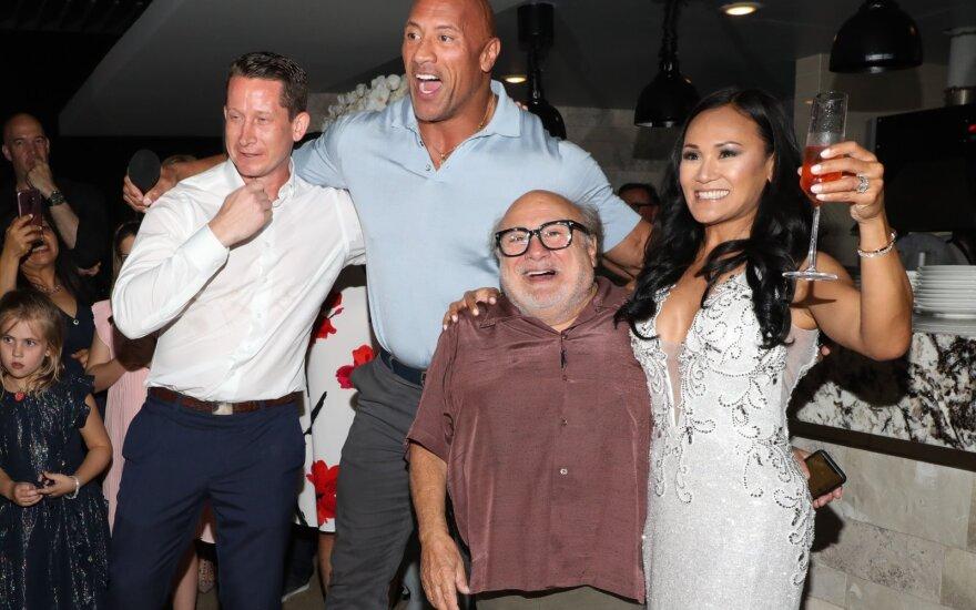 Dwayne'as Johnsonas ir Danny DeVito įsiveržė į nepažįstamų žmonių vestuves