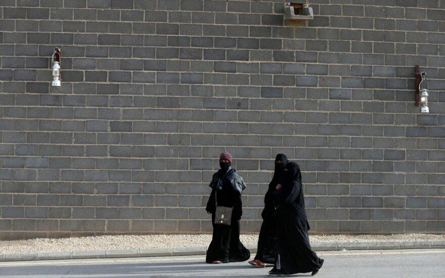 Saudo Arabijos moterims išduoti pirmieji vairuotojo pažymėjimai
